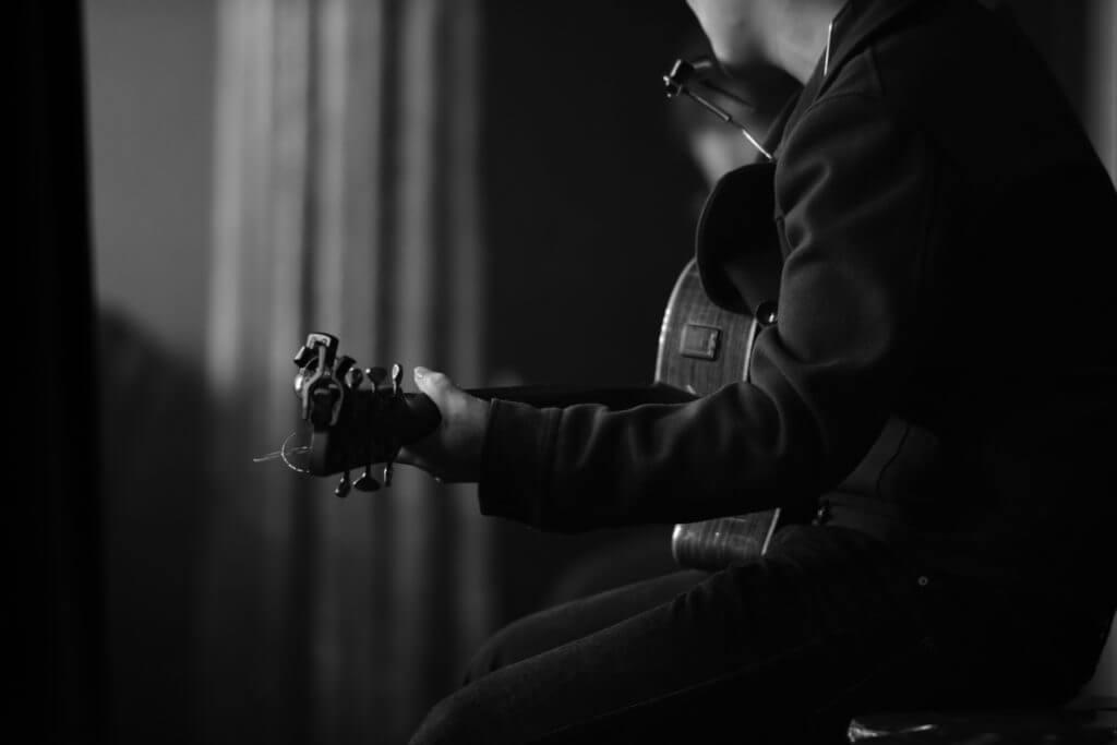 ギター講師やギター教室の年収の実態とは?収入や給料を上げる具体的な方法も教えます。 音楽講師の教科書