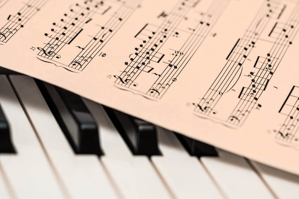 作曲家として収入を稼ぐには?副業からでも作曲で稼げる方法はあります。